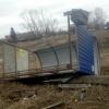 В Омске ветер перевернул металлическую остановку