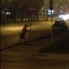 Ночью омич пытался сломать дорожный знак в центре города (видео)