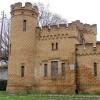 Дачу-замок под Омском продают за 1,1 млн рублей