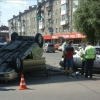 В центре Омска в результате столкновения перевернулась иномарка