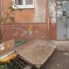В Омске на Космическом обрушился козырек подъезда и вывеска аптеки