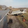Водитель на ВАЗе перевернулся на трассе в Омской области и погиб
