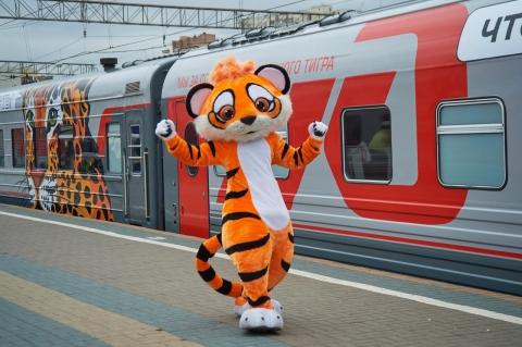 Поезд сизображением тигров илеопардов отправился из столицы воВладивосток