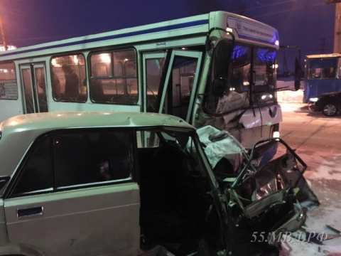 ВОмске автобус столкнулся слегковушкой. необошлось без жертв