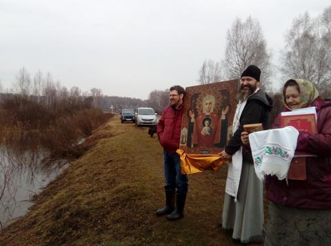 Граждане Омской области устроили крестный ход налодках, чтобы побороть грызунов