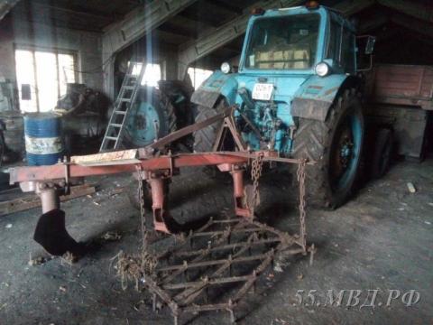 ВОмской области сельчанин угнал трактор сплугом ивспахал асфальт