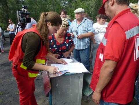 Красный Крест направил вДонбасс семь фургонов сгуманитарной помощью