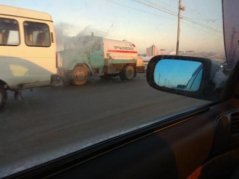 Омичка расшибла «Мерседес» испровоцировала ДТП намосту у«Арены Омск»