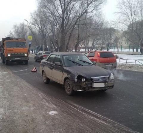 ВОмске наулице Мельничная появилась пробка из-за водителя, уснувшего зарулем