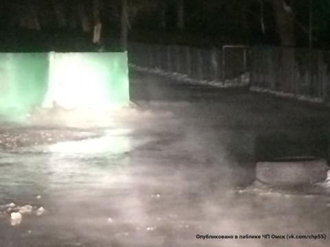 Прорыв трубы наулице Волгоградской вОмске ликвидируют квечеру