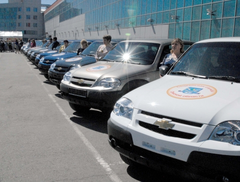 Сельские соцслужбы Омской области получили 19 отечественных внедорожников