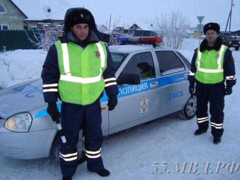 Омские автоинспекторы помогли слетевшему в кювет водителю большегруза