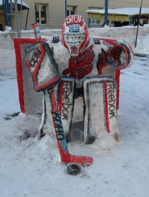 На территории ЛИУ-10 появился снежный голкипер омского «Авангарда» Доминик Фурх