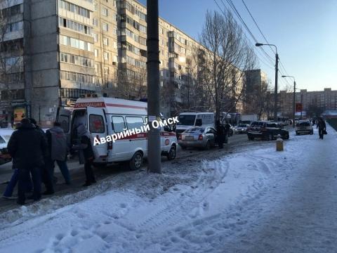 В Омске внедорожник на пешеходном переходе сбил женщину