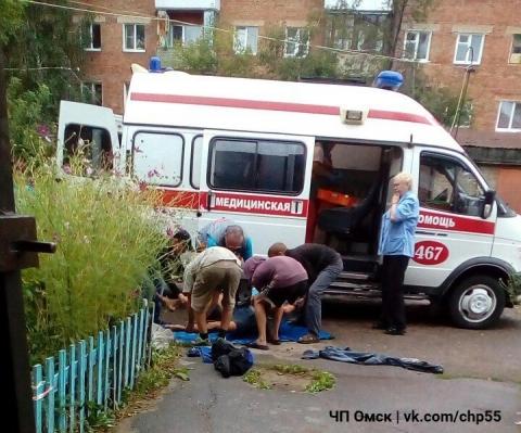 В Центральном округе Омска рабочий сорвался с крыши двухэтажного дома