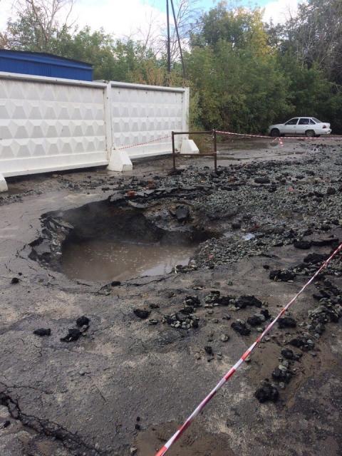 В Омске на улице Щербанева прорвала трубу с горячей водой (фото)