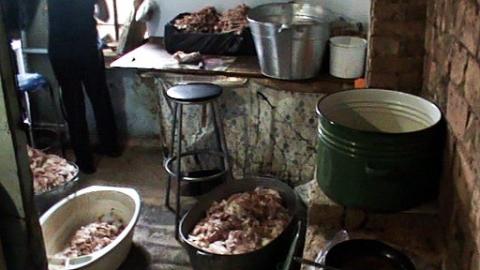 Мясо для омской шаурмы готовили в антисанитарных условиях частного дома