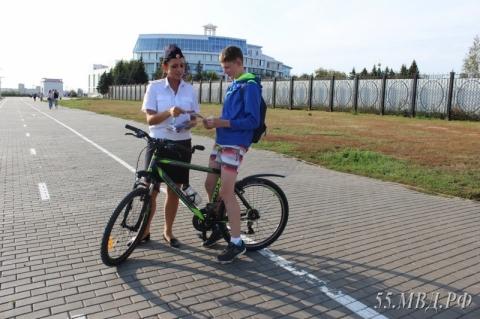 Сотрудники ГИБДД раздали «смайлики» детям и велосипедистам в Омске