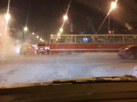 В Омске на Лермонтова из-за сильных морозов оборвались трамвайные провода