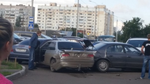 Пьяный омич на выезде с парковки разбил три машины