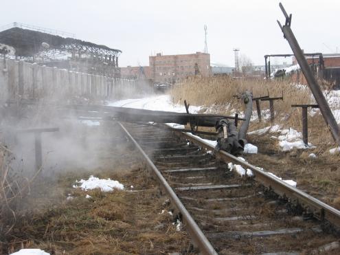 В Омске локомотив повредил теплотрассу