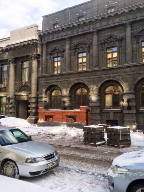 """Кирпичный """"новодел"""" у старинного здания возмутил омских архитекторов"""