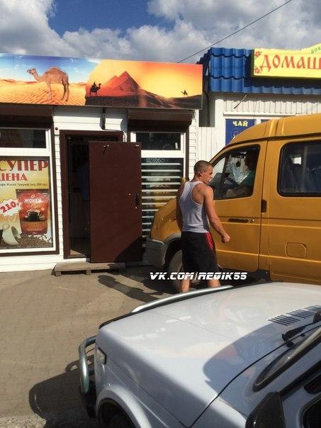 """В Омске """"ГАЗель"""" врезалась в торговый павильон"""