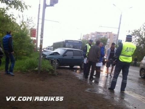 В Омске ВАЗ-21099 врезался в ограждение дороги на улице Дианова