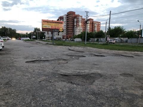 Омичи жалуются на разбитую дорогу на улице Жукова
