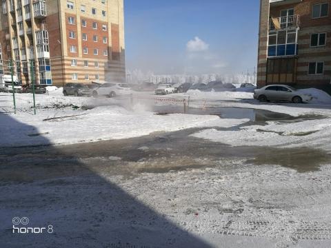 Во дворе омской новостройки ликвидируют «гейзер»