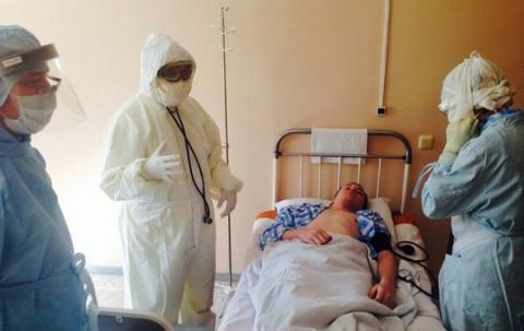 Омские медики тренируются спасать горожан от Эболы