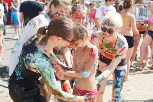 Омичи раскрасили друзей на пляже