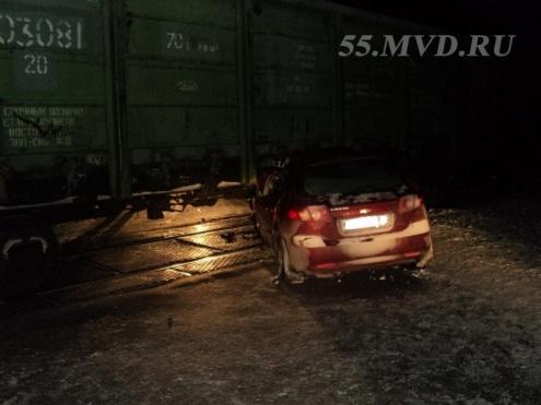 Омский водитель врезался в поезд и убежал