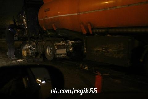 В Омске легковой автомобиль врезался в бензовоз