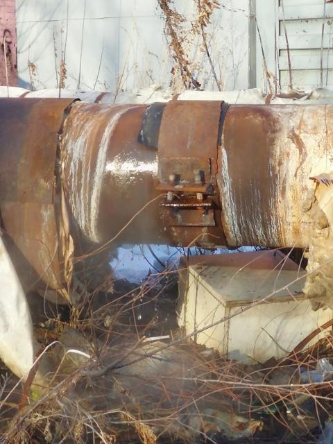 Омичи жалуются в соцсети на протекающий трубопровод