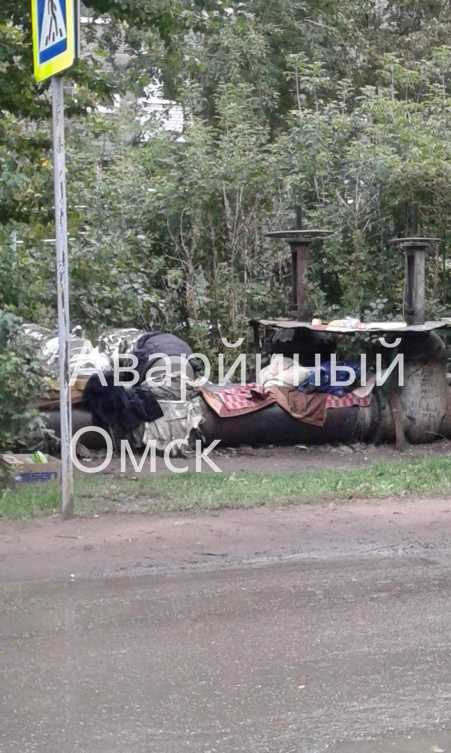 Омичи недовольны лежбищем бомжей на теплотрассе возле школы №45