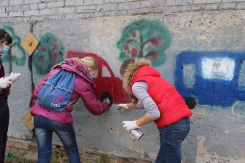 Подростки разрисовали забор у здания ГИБДД