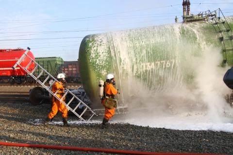 В Омске потушили цистерны с нефтепродуктами
