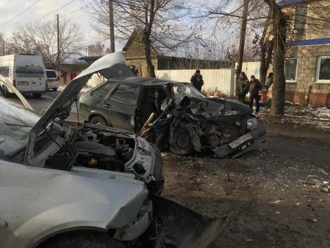 ДТП на Московке: искорежило ВАЗ, 2 человека госпитализированы