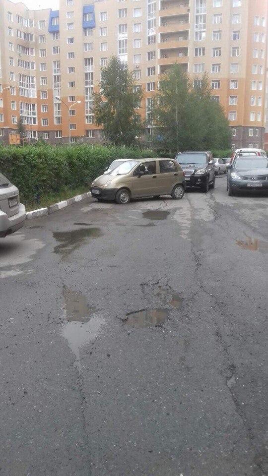 Омич спустил колеса неправильно припаркованной машине и гордится этим