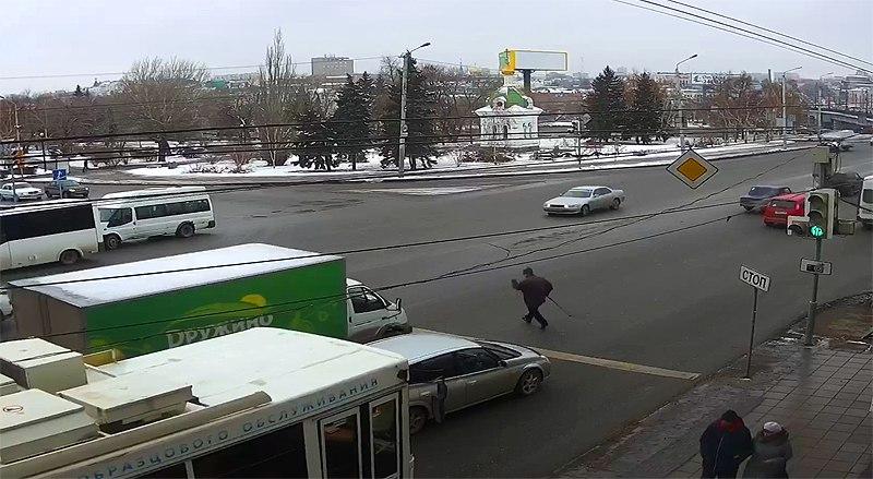Омичи обсуждают «бессмертных пешеходов», кидающихся через оживленную трассу напролом