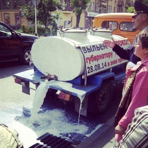Фермеры из Омска вылили 500 литров молока под ноги губернатору
