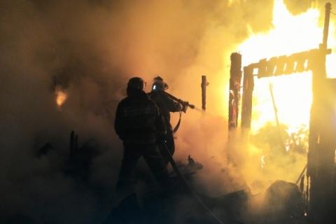 В результате пожара в частном доме погибла омичка и шестилетний ребенок
