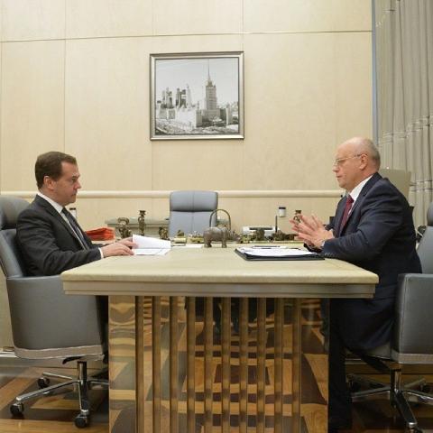 Назаров обсудил с Медведевым спасение омского бюджета