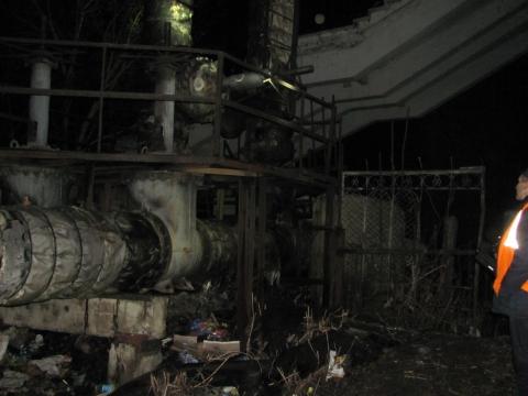 В Омске на теплотрассе среди мусора сгорел бездомный