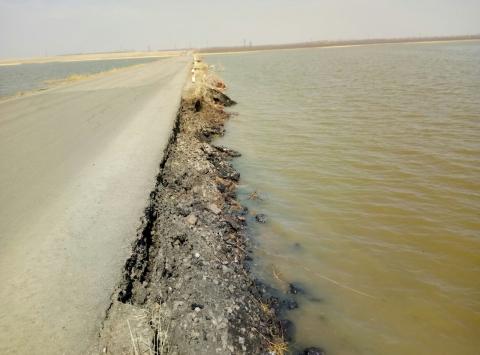 В Омской области талые воды размывают дорогу
