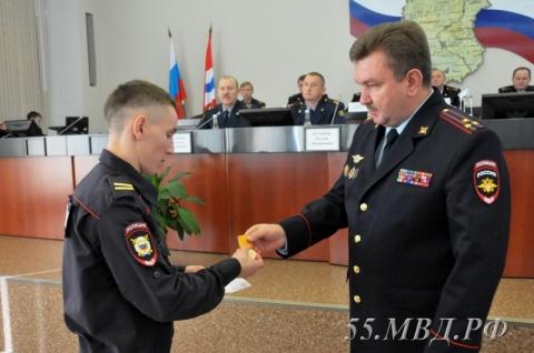 В Омской области младшего сержанта наградили медалью за спасение матери и детей из огня