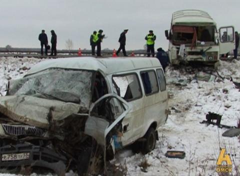 В интернете появилось фото ДТП в Омске с участием маршрутки и автобуса