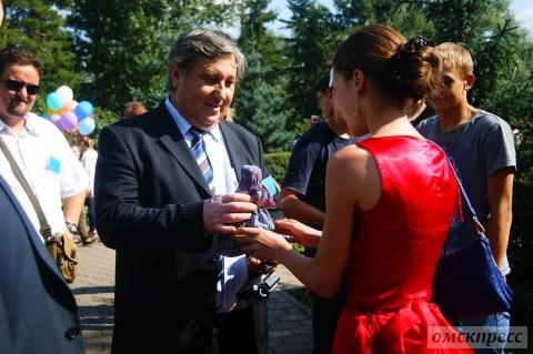 Омские мастерицы подарили куклу делегации из Чехословакии