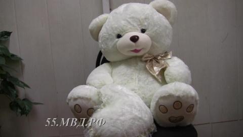 Омич с царапинами на носу ограбил магазин и купил девушке большого мягкого медведя